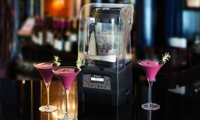 Blenders posé sur un bar avec 3 cocktails disposé autour