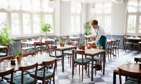 Serveur préparant la salle d'un restaurant