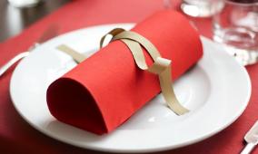 Serviette rouge pliée dans une assiette blanche