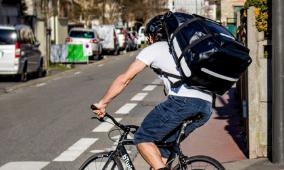 Livreur à vélo avec un sac à dos isotherme