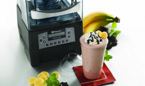 Blenders, avec un smoothie à côté, et quelques fruits