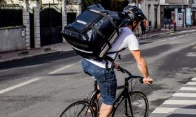 Livreur sur un vélo