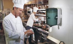Cuisiner qui s'essuie les mains avec du papier
