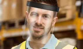 Homme portant une visière de protection